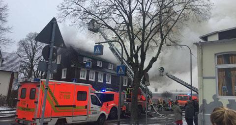 Lütterkusen: Es brennt auf der Klausener Straße. Foto: Tobias Berthold - www.tb-web.de